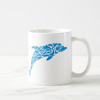 Dauphins bleus formant une forme mignonne de mug