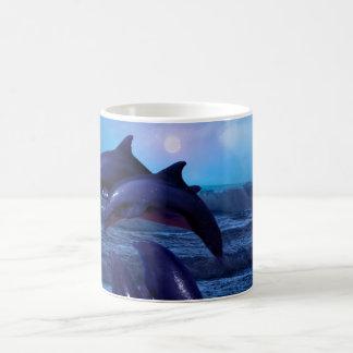 Dauphins jouant dans l'océan mug