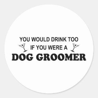 De Drinkt Groomer de chien trop - Autocollant Rond