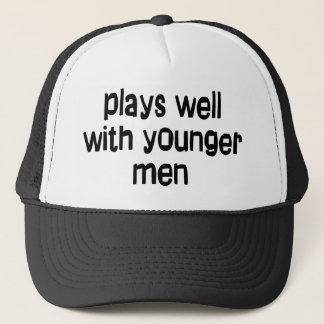 De plus jeunes hommes casquette