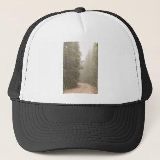 Défi de chemin de terre dans la brume casquette