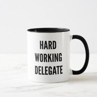 Délégué travaillant dur mug