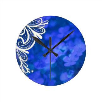 Dentelle blanche florale bleue chic de Bohème Horloge Ronde