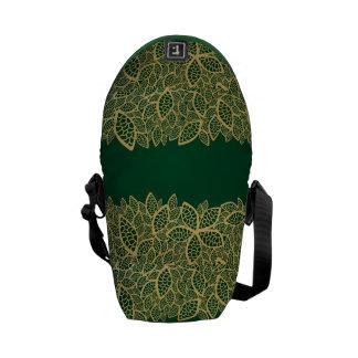 Dentelle d'or de feuille sur l'arrière - plan vert sacoches