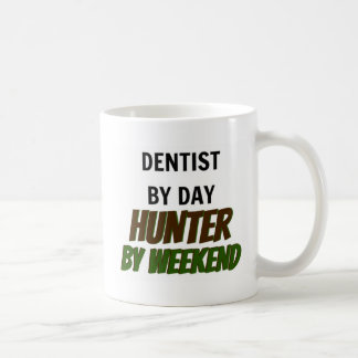 Dentiste par le chasseur de jour par week-end mug