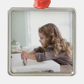 Dents de brossage mignonnes de petite fille à ornement carré argenté