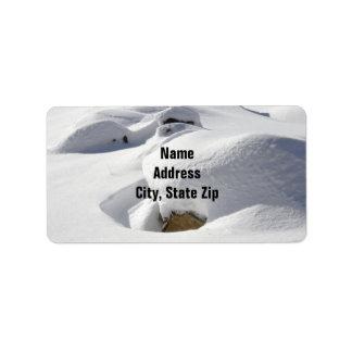 Dérives de neige au-dessus des roches étiquette d'adresse
