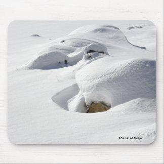 Dérives de neige au-dessus des roches tapis de souris