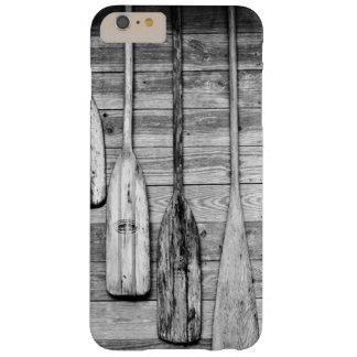 Des avirons sont accrochés sur le hangar en bois à coque barely there iPhone 6 plus