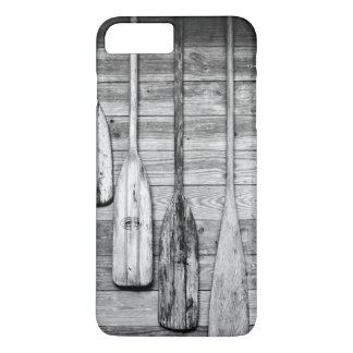 Des avirons sont accrochés sur le hangar en bois à coque iPhone 7 plus