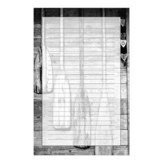 Des avirons sont accrochés sur le hangar en bois à motifs pour papier à lettre