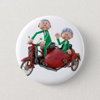 Des couples plus anciens sur un vélomoteur avec le badges