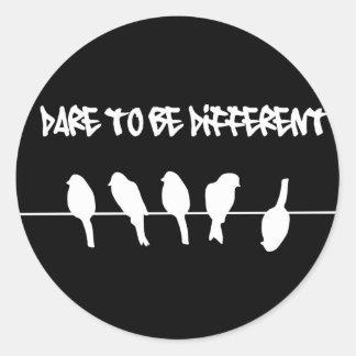 Des oiseaux sur un fil - osez être différent (le sticker rond