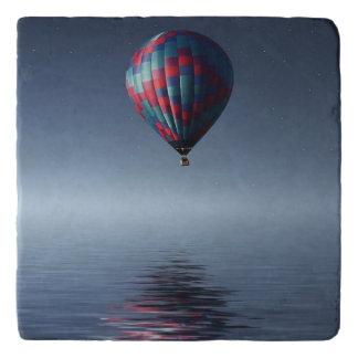 Dessous-de-plat Chaud-air-ballon stupéfiant au-dessus de l'eau