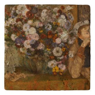 Dessous-de-plat Une femme assise près d'un vase de fleurs dégazent