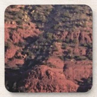 Dessous-de-verre bosses et morceaux dans la roche rouge