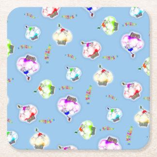 Dessous-de-verre Carré En Papier Petits gâteaux colorés rougeoyants sur le bleu