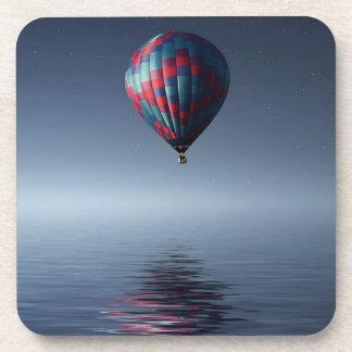 Dessous-de-verre Chaud-air-ballon stupéfiant au-dessus de l'eau