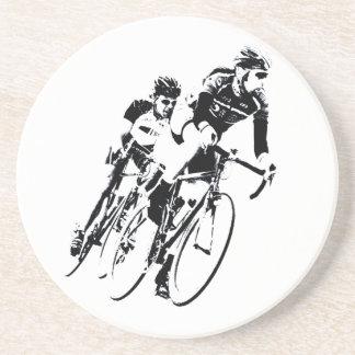 Dessous De Verre En Grès Allez à vélo les coureurs dans le tour
