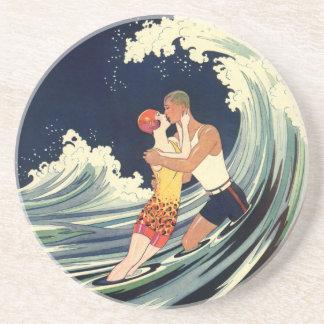 Dessous De Verre En Grès Baiser vintage d'amants d'art déco dans les vagues
