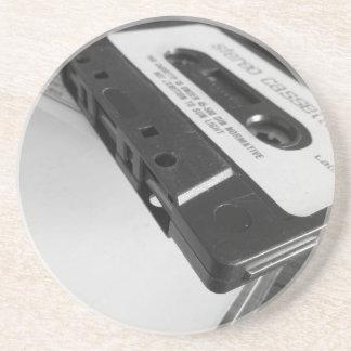 Dessous De Verre En Grès Bande vintage de cassette audio sur la table en