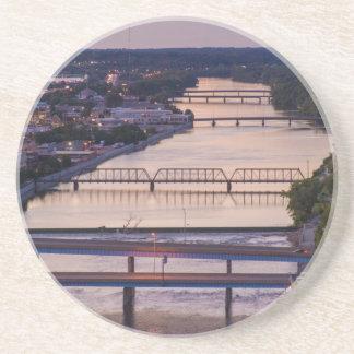 Dessous De Verre En Grès Beaucoup de ponts enjambent la rivière grande, vue
