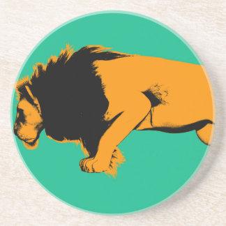 Dessous De Verre En Grès Chat contre le lion prêt à combattre ou prendre