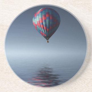 Dessous De Verre En Grès Chaud-air-ballon stupéfiant au-dessus de l'eau