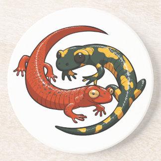 Dessous De Verre En Grès Deux salamandres de sourire colorées ont enlacé la