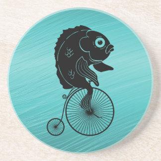 Dessous De Verre En Grès Équitation de poissons sur un vélo
