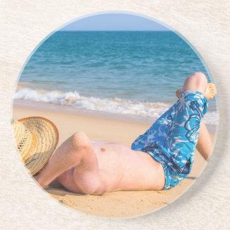 Dessous De Verre En Grès Jeune prendre un bain de soleil de touristes sur