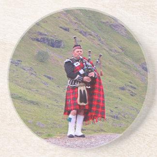 Dessous De Verre En Grès Joueur de cornemuse écossais solitaire, montagnes,