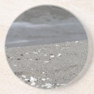 Dessous De Verre En Grès Le plan rapproché de la plage de sable avec la mer