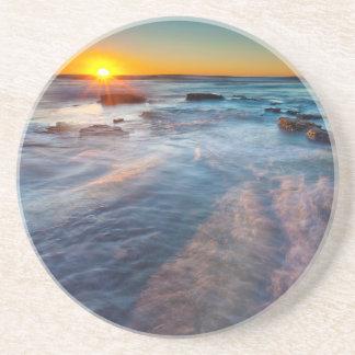Dessous De Verre En Grès Les rayons de Sun illuminent l'océan pacifique
