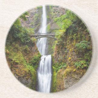 Dessous De Verre En Grès Multnomah tombe le long de la gorge du fleuve