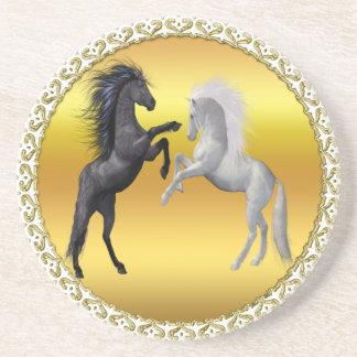 Dessous De Verre En Grès Noir et un cheval blanc qui combattent