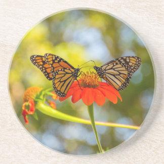 Dessous De Verre En Grès Papillons de monarque sur des fleurs sauvages