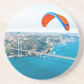 Dessous De Verre En Grès Paramotors pilote voler au-dessus du Bosphorus