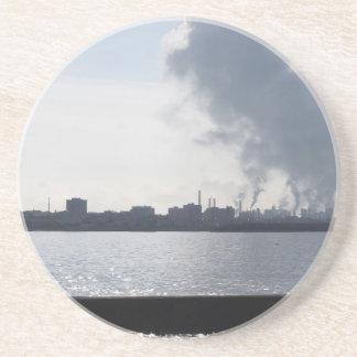 Dessous De Verre En Grès Paysage industriel le long de la côte polluant