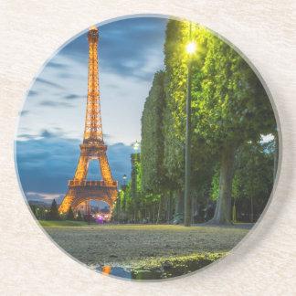 Dessous De Verre En Grès Réflexions de crépuscule au-dessous de Tour Eiffel