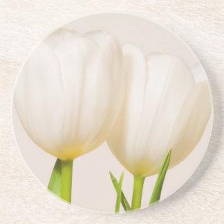 Dessous De Verre En Grès Tulipes blanches sur un fond blanc,