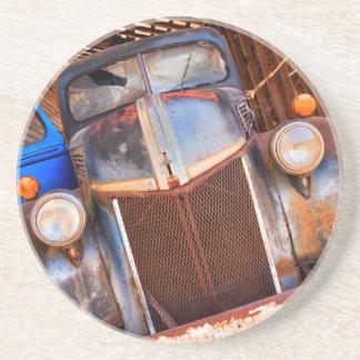 Dessous De Verre En Grès Vieux camion rouillé à une ferme