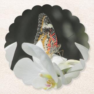 Dessous-de-verre En Papier Papillon de Lacewing de léopard sur l'orchidée