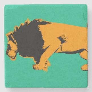 Dessous-de-verre En Pierre Chat contre le lion prêt à combattre ou prendre
