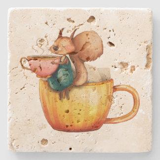 Dessous-de-verre En Pierre Petit écureuil lunatique mignon sur une tasse de