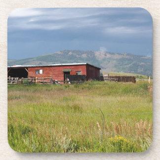 Dessous-de-verre grange rouge sur une prairie du Colorado