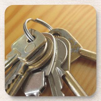 Dessous-de-verre Groupe de clés usées de maison sur la table en