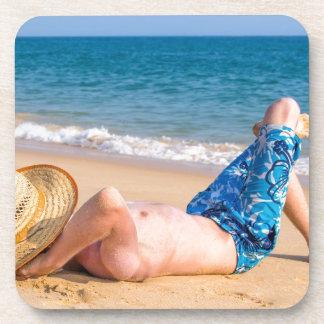 Dessous-de-verre Jeune prendre un bain de soleil de touristes sur