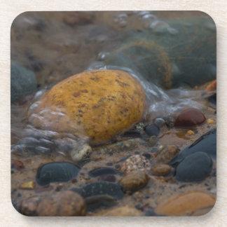 Dessous-de-verre L'eau a couvert des cailloux