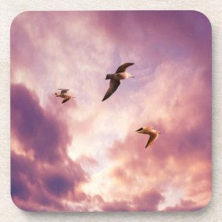 Dessous-de-verre Mouettes volant dans un ciel de coucher du soleil